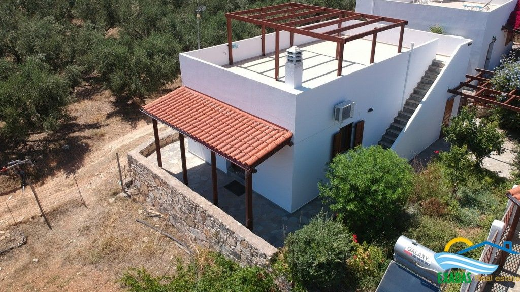 Small villa of 2 br/s in perfect condition with great views, garden and roof terrace in Roumeli.