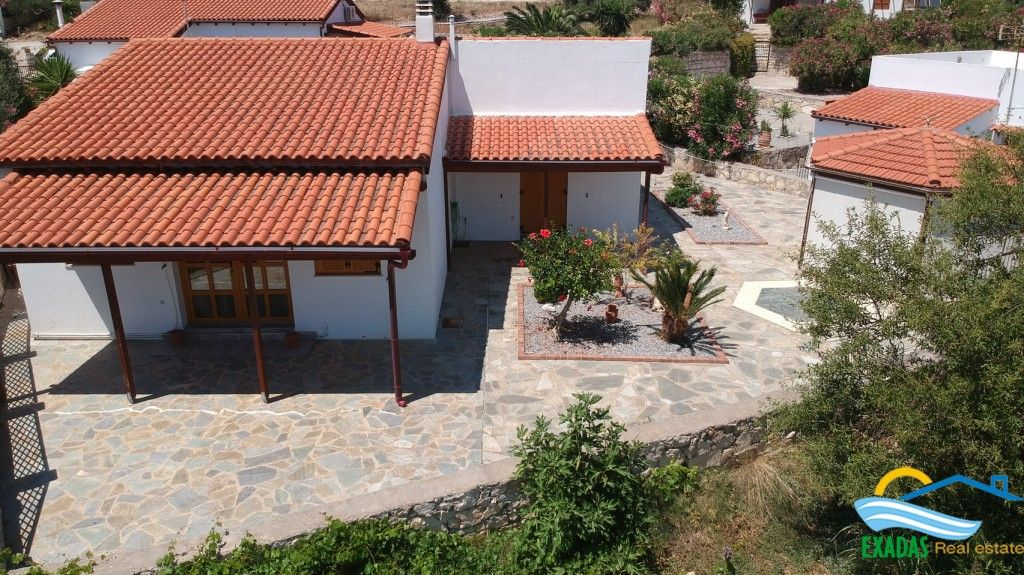 Nice villa of 3 brs in excellent condition for rent in Roumeli Crete offering great views!