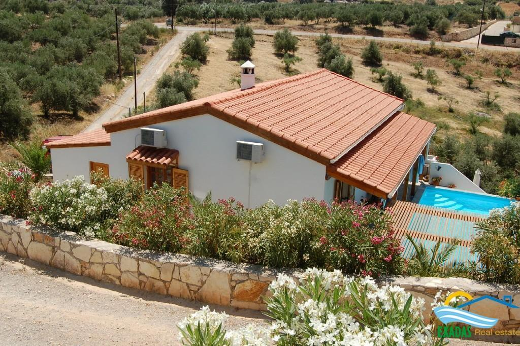 Well placed villa of 2 bedrooms/2 bathrooms, pool and garden in Roumeli, Rethymnon, Crete