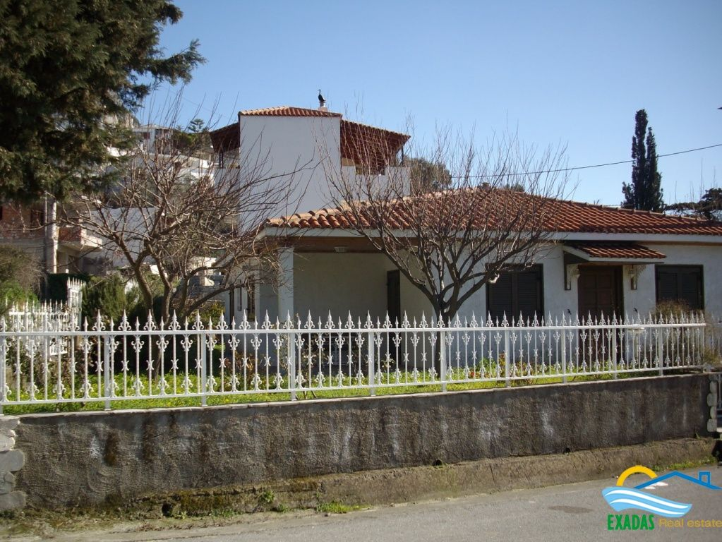 An excellent detached house with large garden and nice views at the popular village of Spili