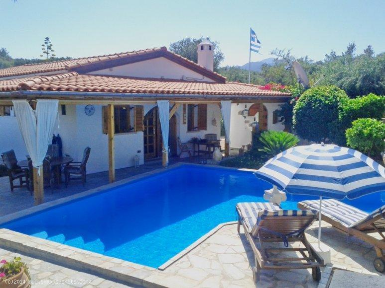 A nice villa with swimming pool and large plot is for sale at the traditional village of Roumeli.